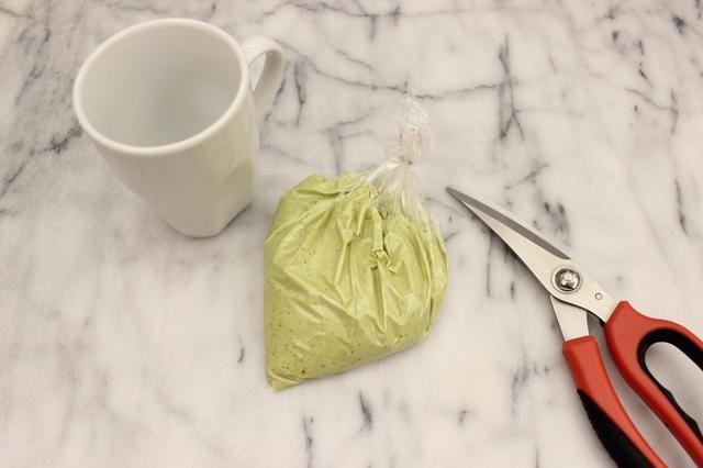 Use un par de tijeras para recortar una pequeña esquina de la bolsa de sándwich.