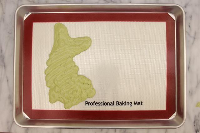 Lentamente tubo de la masa del pastel sobre su diseño. Asegúrese de obtener en todos los rincones de su diseño.