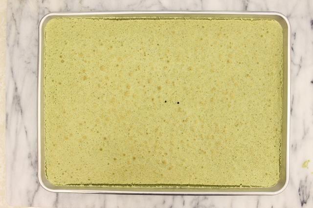 Hornee hasta que un palillo limpio insertado a través del centro del pastel salga limpio. No lo hagas más de hornear!
