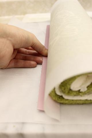 Empuje el papel por debajo del rodillo ...