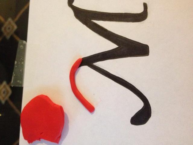 Utilice el Sculpey para crear su pieza utilizando la letra trazada como una plantilla.