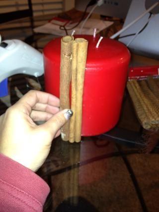 Comience por el forro los palos uno al lado del otro alrededor de la vela.