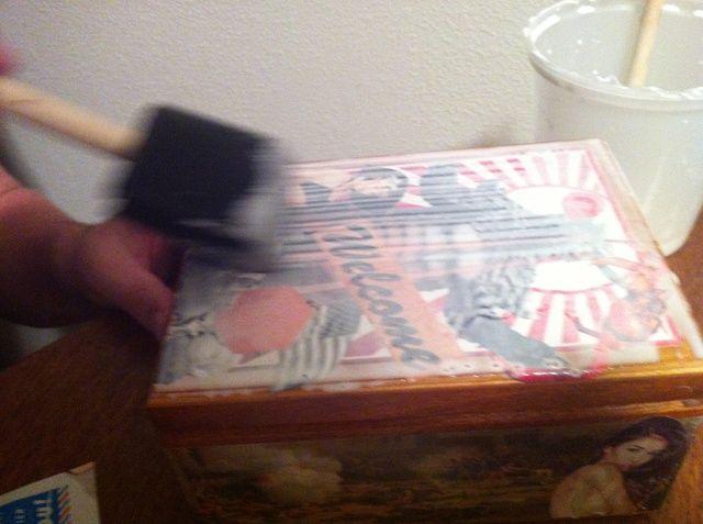 Una vez que haya terminado de aplicar todos sus recortes toman su cepillo de espuma grandes y aplican una capa de la solución de pegamento sobre toda la caja.