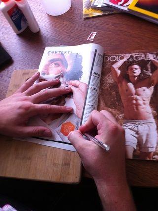 Empezar a cortar elementos de sus revistas. Usted puede elegir un tema o simplemente recoger imágenes interesantes aleatorios.
