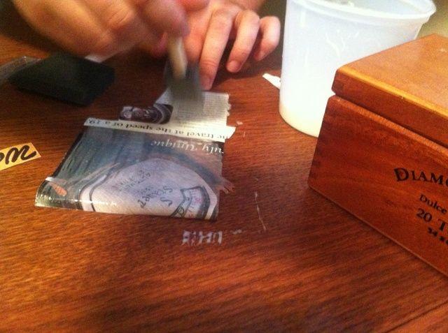 Aplique suavemente solución de pegamento en la parte posterior de recortes. En el documento se acurrucarse y ser endeble, así que sea suave.