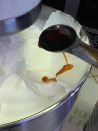 Agregar el extracto de vainilla y batir lentamente para mezclarlo.