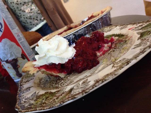 Y disfrutar con helado o crema batida. Esta pieza se vino abajo un poco, pero todavía estaba delicioso!