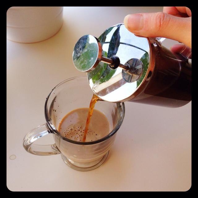 Vierta el café preparado con la crema. El café remolinos a través de la crema de hacer la perfecta taza de café irlandés.