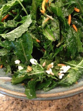 Espolvorear las semillas al horno sobre la ensalada justo antes de servir.