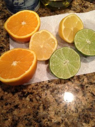 Reducir a la mitad la naranja, el limón, y lima.