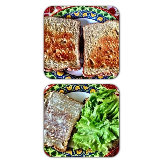 Brindo mi pan y extendí un poco más de mayonesa en cada rebanada. si tu're making this sandwich to eat later, put lettuce on each slice with the tuna in the middle. That way the bread won't get soggy.