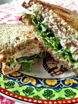 ¿Quieres un sándwich de atún caliente? Sólo se envuelve en papel de aluminio y lo puso en un horno a 350 ° F durante unos 10-15 minutos, hasta que el atún se calienta. Esto es especialmente deliciosa con queso derretido.