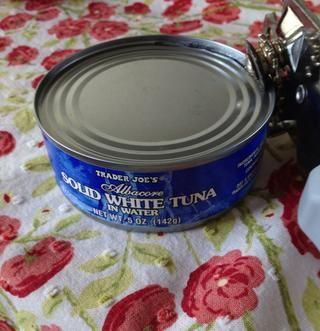 Abra la lata - una lata de atún hará 2-3 sándwiches.