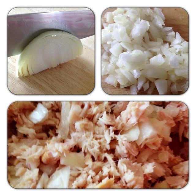 Picar aproximadamente 1/4 cebolla y añadir que el atún. Añadir más o menos en base a su propio gusto - esto es todo acerca de hacer esta receta su propio!