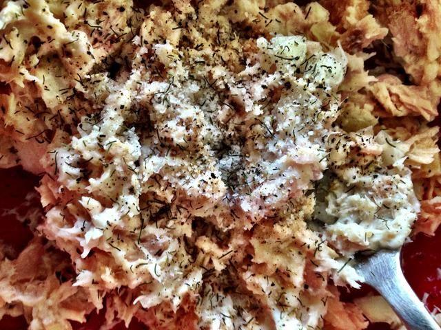 Ahora añadimos las especias. Lo guardo simple, como madre utilizada para hacer - sal, pimienta, eneldo. Pero no dude en ponerse creativos - curry, ajo, perejil, salvia, tomillo, un montón de posibilidades!