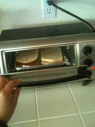 Pop en un horno tostador si tiene uno! Me gusta mi sándwich tostado pero buen gusto también si no tostado!