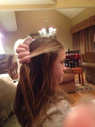Hacerse con una pequeña sección de la parte superior de su cabello como se muestra en la imagen
