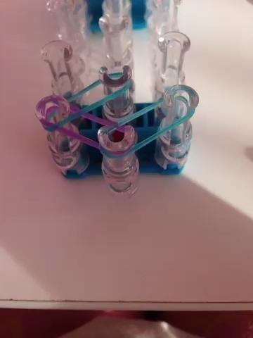 Luego tome una banda de goma púrpura y colocar en la parte superior de la nada en. Loop a la paridad central.
