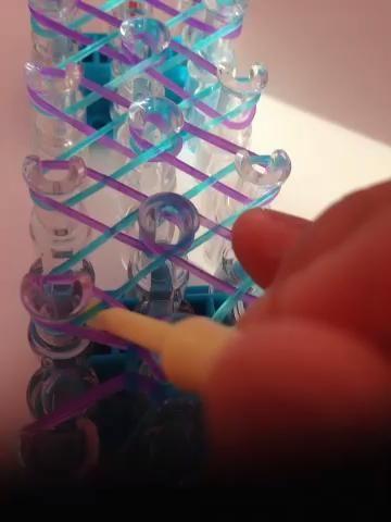 Tome el azul y bandas púrpuras y lazo a la paridad en el medio.