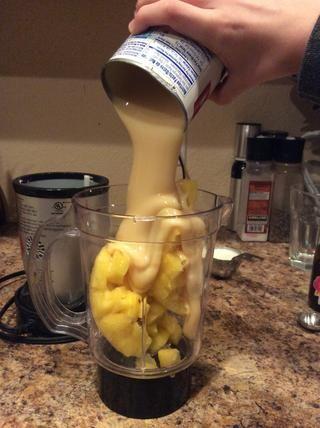 Añadir 1 taza de leche y media lata de leche condensada.