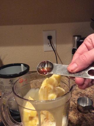 Añadir 1 cucharadita de vainilla y 2 cucharadas de jugo de limón