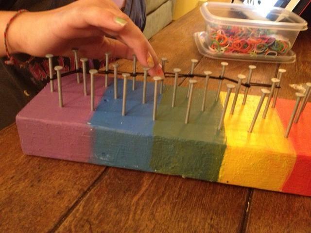 Aquí está mi hija empezando a poner las bandas de silicona en las uñas para desarrollar su patrón. Ella's making http://Snapguide.com/guides/make-a-starburst-rainbow-loom-bracelet from user Alyssa Mead