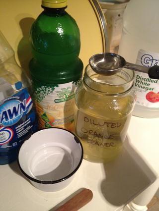 Usé 4 cucharadas de vinagre de mi naranja diluido, puede usar vinagre blanco, y se puede usar más. Mirando hacia atrás esto probablemente habría sido un buen momento para utilizar el vinagre de naranja sin diluir, con toda su fuerza.