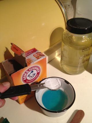 1/4 cucharadita de bicarbonato de sodio. Sé Ready que va a iniciar la formación de espuma para arriba! Utilice un recipiente más grande o la mezcla por encima de su fregadero. Or- espolvorear bicarbonato de sodio directamente en su grifo, luego limpie con esta mezcla.