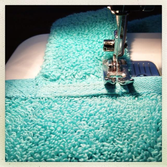 Coser las correas en, asegurándose de coser unas pocas líneas adicionales de allí para la ayuda adicional.
