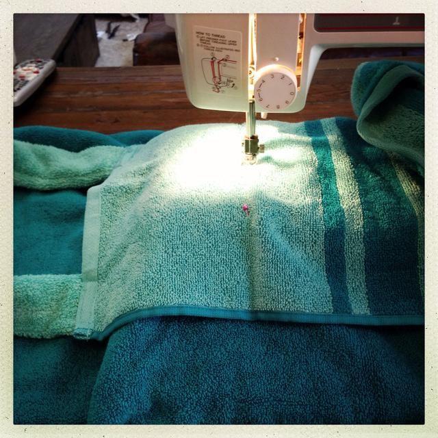 Ahora coser la parte inferior de su bolsillo. Doble la solapa de una y coser los extremos.