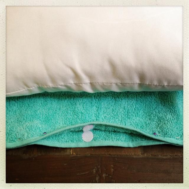 A continuación, fijar los lados de la toalla para su inserción almohada. Deja una abertura lo suficientemente amplia como para rellenar la almohada en. Añadir el velcro.