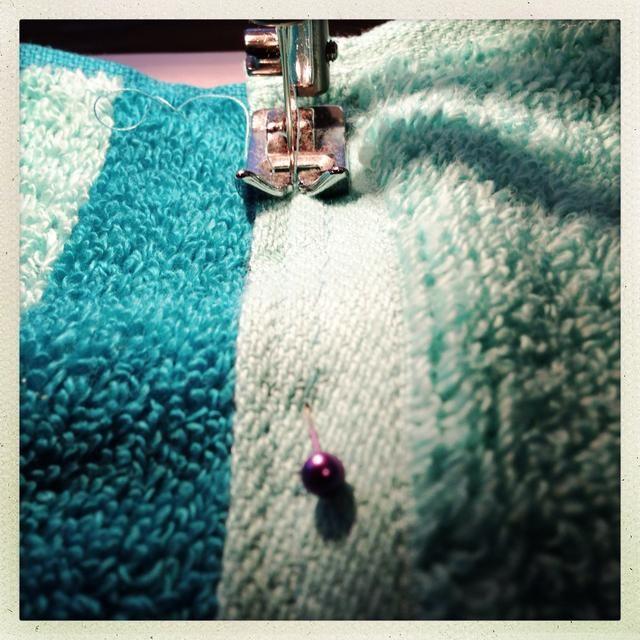 Coser las toallas juntos en ambos lados de la clavija de color púrpura.