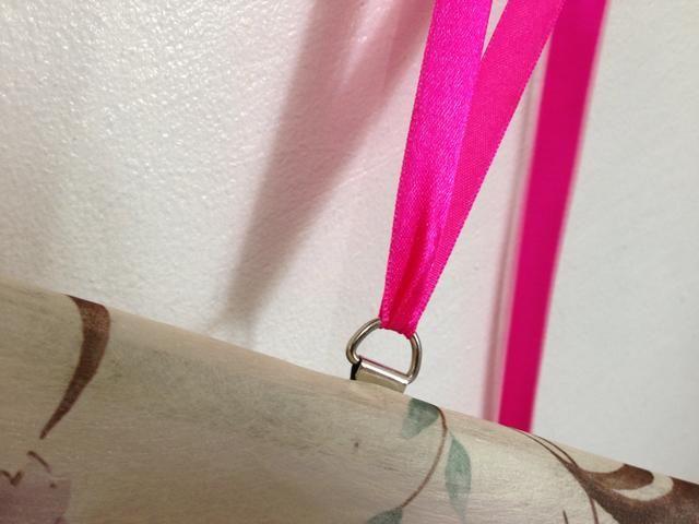 Mi pizarra magnética tiene titulares de cuerda, así que tuvieron que hermoso encaje de la caja de regalo de Bath & Body que recibí y até ambos extremos en ellos. Mi paleta de maquillaje ahora colgando de mi espejo del dormitorio.