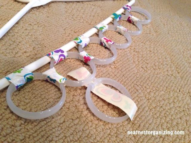 Coloque los anillos restantes por debajo de la primera fila con el mismo método.