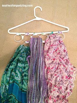 Añadir bufandas y colgar esto en tu armario. Simple, fácil y barato!