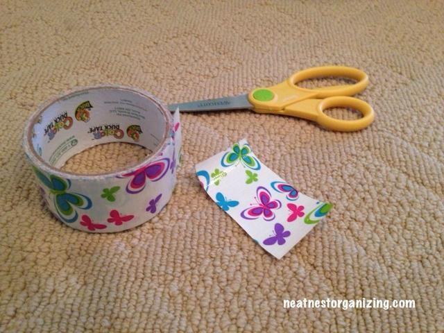 Comience por cortar una longitud de 4 pulgadas de cinta adhesiva.