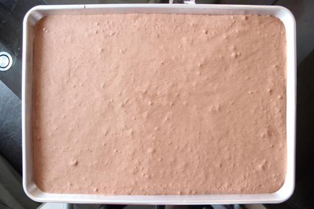 Use una espátula para igualar la masa del pastel. Jiggling la sartén ligeramente y golpeándolo en su contador también ayudará a equilibrar la masa y eliminar los grandes burbujas de aire desiguales. Ahora hornear!