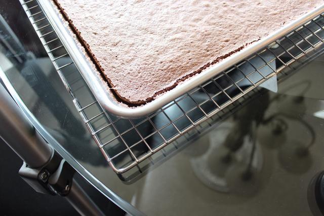Nótese cómo el pastel se ha retirado de forma natural lejos de la torta de pan. Tenga cuidado de no más de hornear! Durante la cocción se traducirá en una torta seca y agrietada.