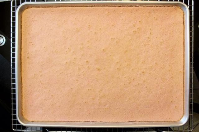Use un cuchillo para cortar el pastel lo largo del borde / perímetro de la sartén. Esto asegura que el pastel salga en una sola pieza.