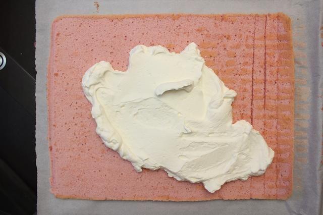 Tiempo de hacer espuma en algunos de su crema de vainilla. Usted puede llenarlo con crema chantilly (vainilla crema batida), crema de mantequilla, mermelada, espolvorear sobre algunas frutas picadas ..... etc.