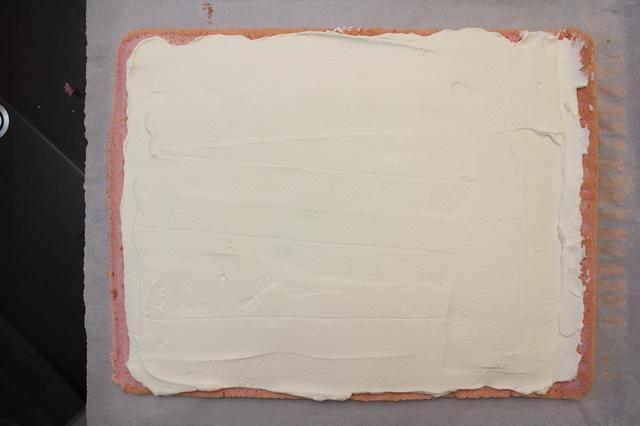 Use una espátula para nivelar el relleno, dejando 1-2 cm-helado de la ONU en todo el perímetro por lo que el llenado doesn't squeeze out during the rolling process.
