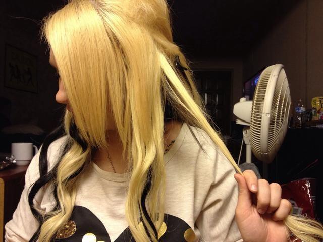 Coge una sección de 2 pulgadas del pelo de la parte inferior del armario que su oído pulgada o. (Más grueso es el pelo más gruesa es la trenza)