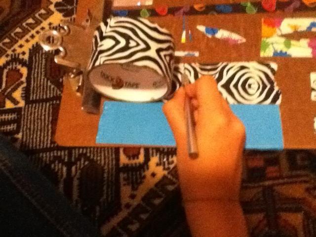 Coge la cinta adhesiva y cuchillo exacto (o tijeras), y cortar la cinta adhesiva. los