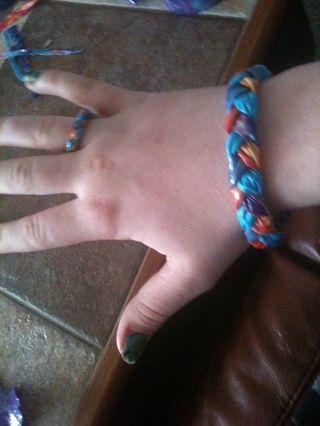 ¡Enhorabuena! Su pulsera está terminado. Usted puede hacer un anillo como éste cortando las tiras en el comienzo en cuartos después de doblar por la mitad. Continuar como lo hizo la pulsera. Tamaño de su dedo.