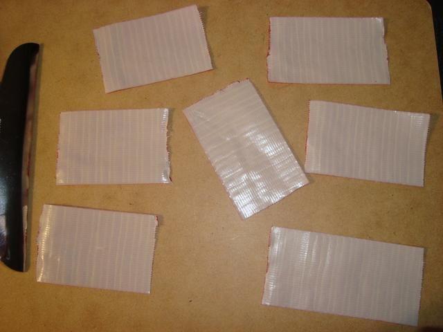 Cortar un grupo de 2 a 3 pulgadas piezas de cinta adhesiva. Para la rosa grande utilicé cerca de 23 piezas, el más pequeño que usé sobre 11.