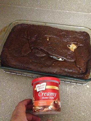 Dejar enfriar y poner el chocolate glaseado sobre si lo desea, y disfrutar.
