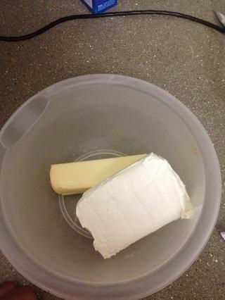 En un tazón mediano mezcla la mantequilla y el queso crema con el azúcar en polvo