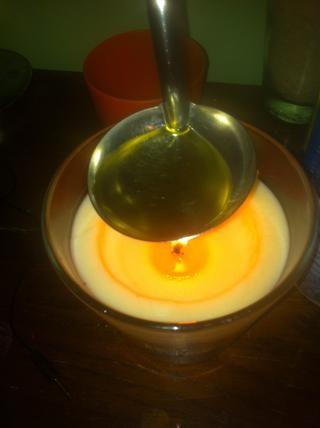 Derretir la vaselina, aceite de coco y almendras / aceite de oliva