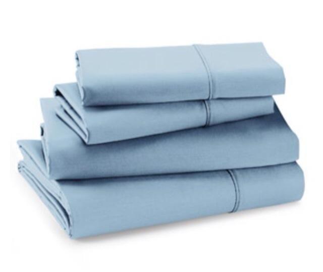 Ahora elija la tela en el color y el diseño de su elección. Compré una hoja cama individual en el color que yo buscaba. También puede visitar una tienda de telas para más opciones.