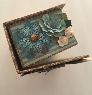 Agregue un poco de flores en la parte superior de la caja.